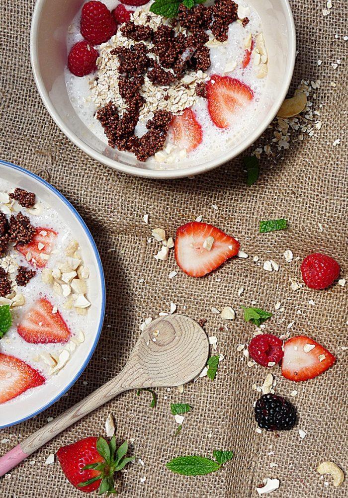 Frühstücksbowl mit Schokogranola