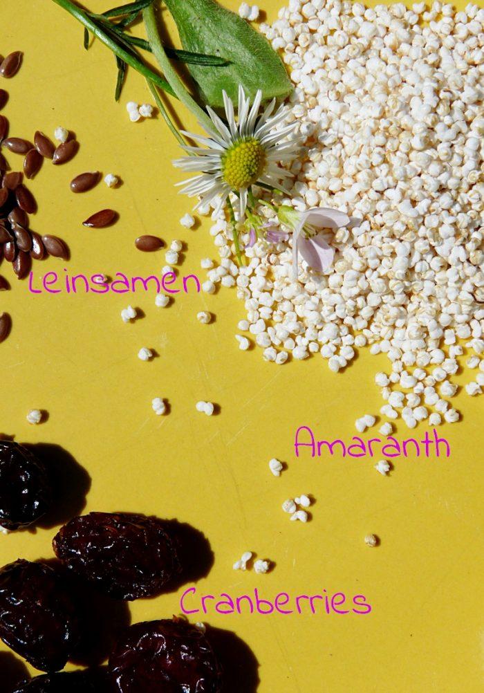 ein paar der Zutaten Leinsamen Amaranth und Cranberries