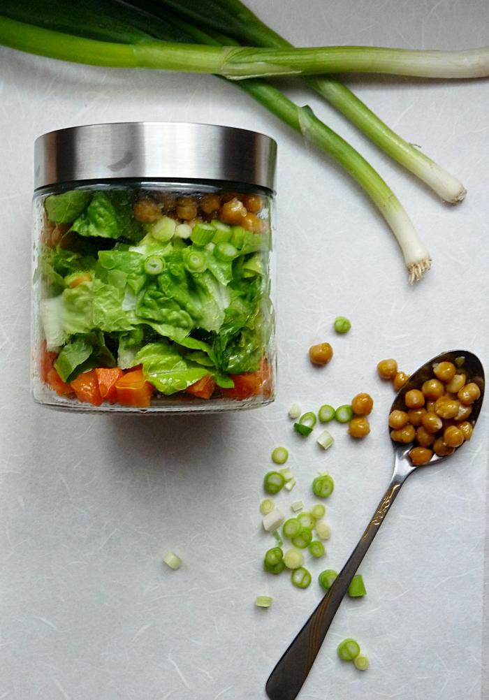 Salat im Glas mit Kichererbsen