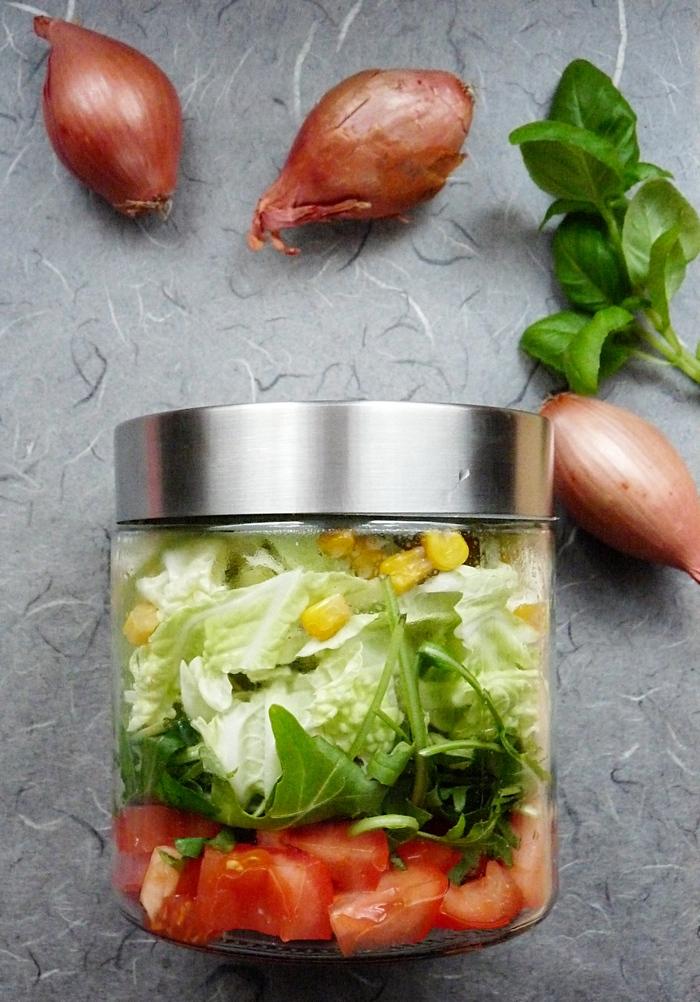Salat im Glas mit Mais