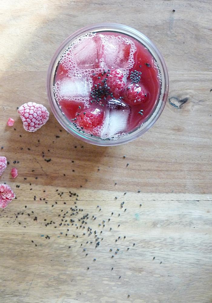 Alkoholfreier Cocktail mit Basilikumsamen und Johannisbeersaft